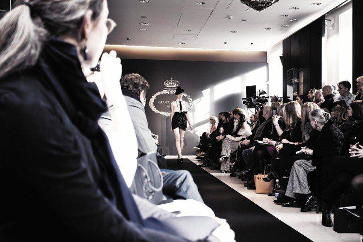 喬治傑生與設計師Ole Yde合作,於哥本哈根時尚周首度線上直播時尚秀。圖/喬治...
