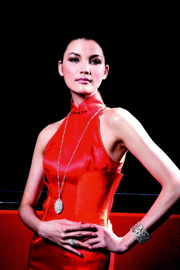 名模莫萬丹配戴海瑞溫斯頓以旗袍發想的鑽飾。圖/海瑞溫斯頓提供