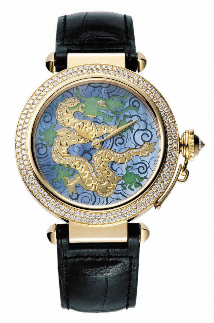 Tank Divan龍形琺瑯腕表的表盤以金絲鑲嵌的琺瑯製成。圖/卡地亞提供