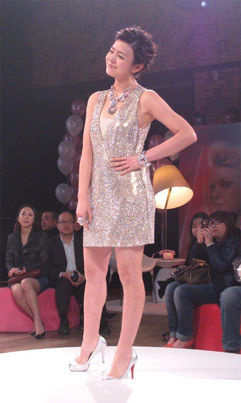 陳妍希穿上一席特別由巴黎空運來台的水晶洋裝壓軸豋場。記者吳曉涵/攝影