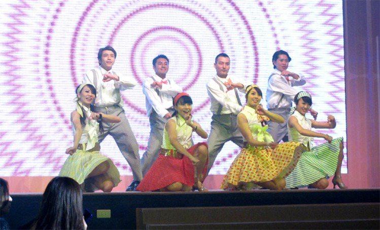派對現場歌舞表演。記者吳曉涵/攝影