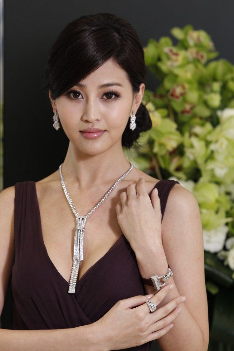 名模林葦茹配戴梵克雅寶經典的Zip鑽石項鍊。圖/梵克雅寶提供