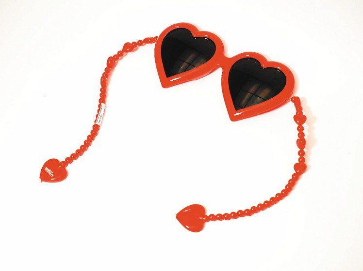 Linda Farrow x Jeremy Scott愛心墨鏡將鏡腳以珠鍊方式呈...