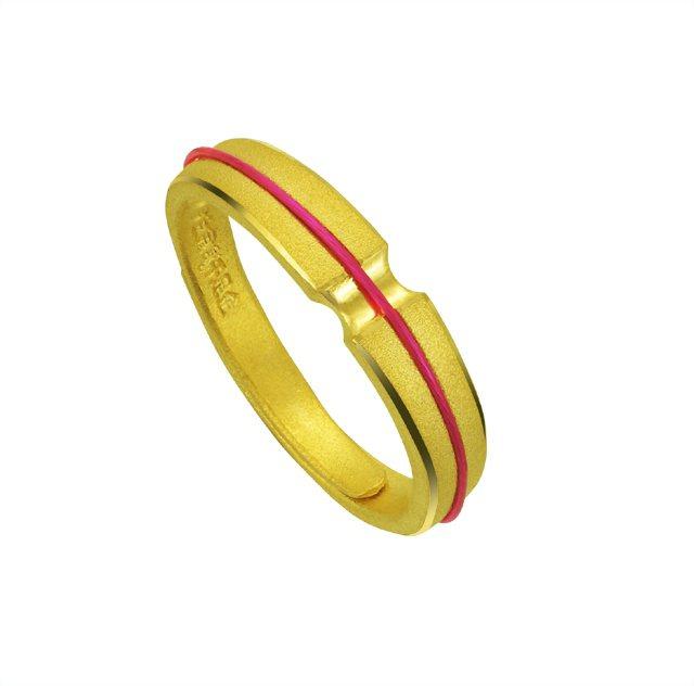 「一線牽」尾戒有月老隱形的紅線牽綁,為妳帶來好桃花、加持好姻緣。圖/今生金飾提供