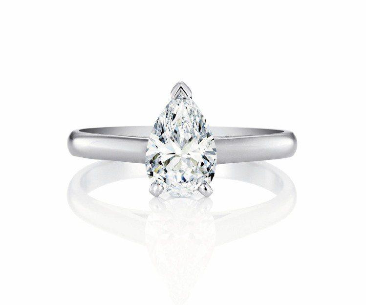De Beers推出各種車工的大克拉白鑽,此為經典梨形車工鑽石戒指。圖/De B...