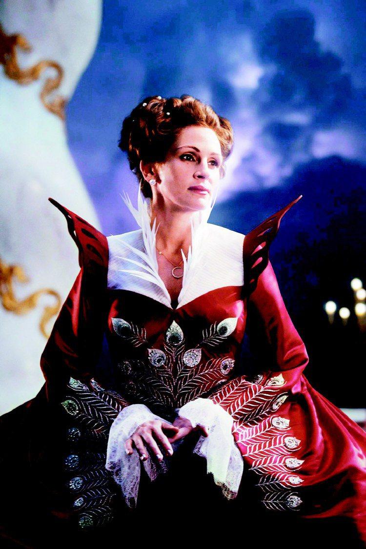 電影「魔鏡、魔鏡」,茱莉亞羅勃茲華麗禮服由施華洛世奇元素打造。圖/達志提供