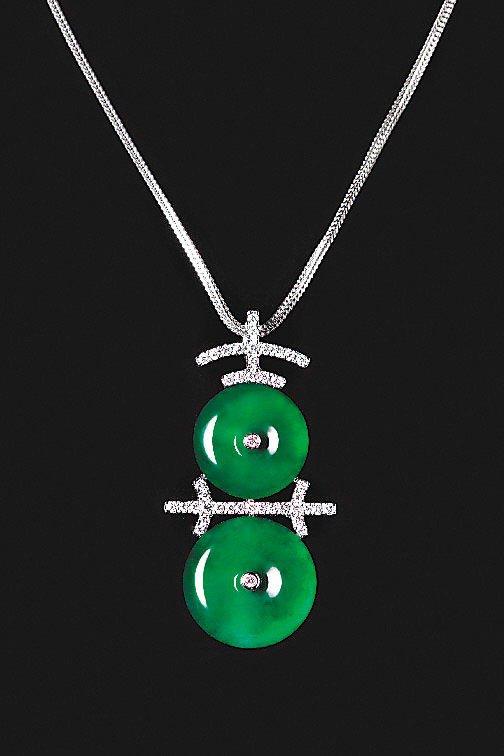 路永佳愛不釋手的翡翠懷古喜字墜,鑲嵌0.32克拉鑽石,43萬8,000元。圖/玉...