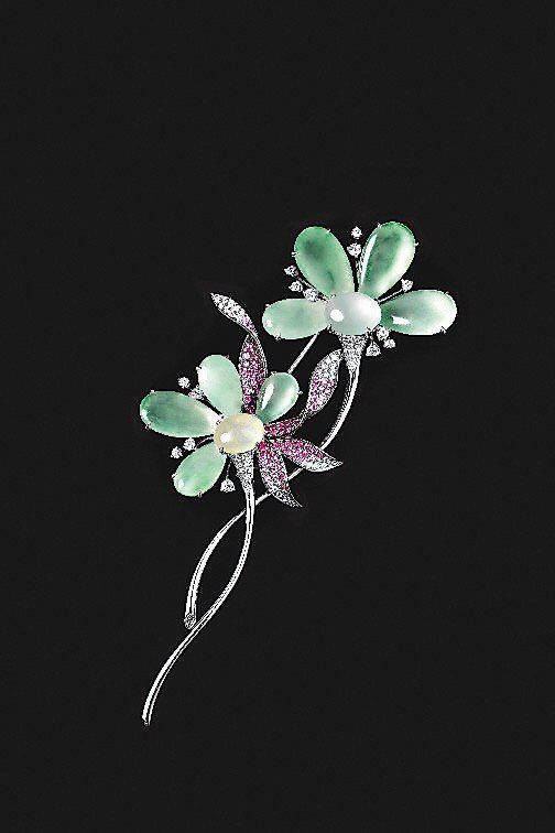 依戀,花形胸針,鑲嵌鑽石和粉紅剛玉,36萬8,000元。圖/玉世家提供非報系