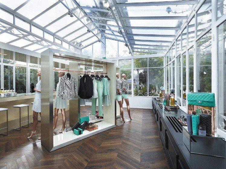 香奈兒聖托佩茲臨時店,在透明溫室裡展示全系列工坊新裝。圖/CHANEL提供