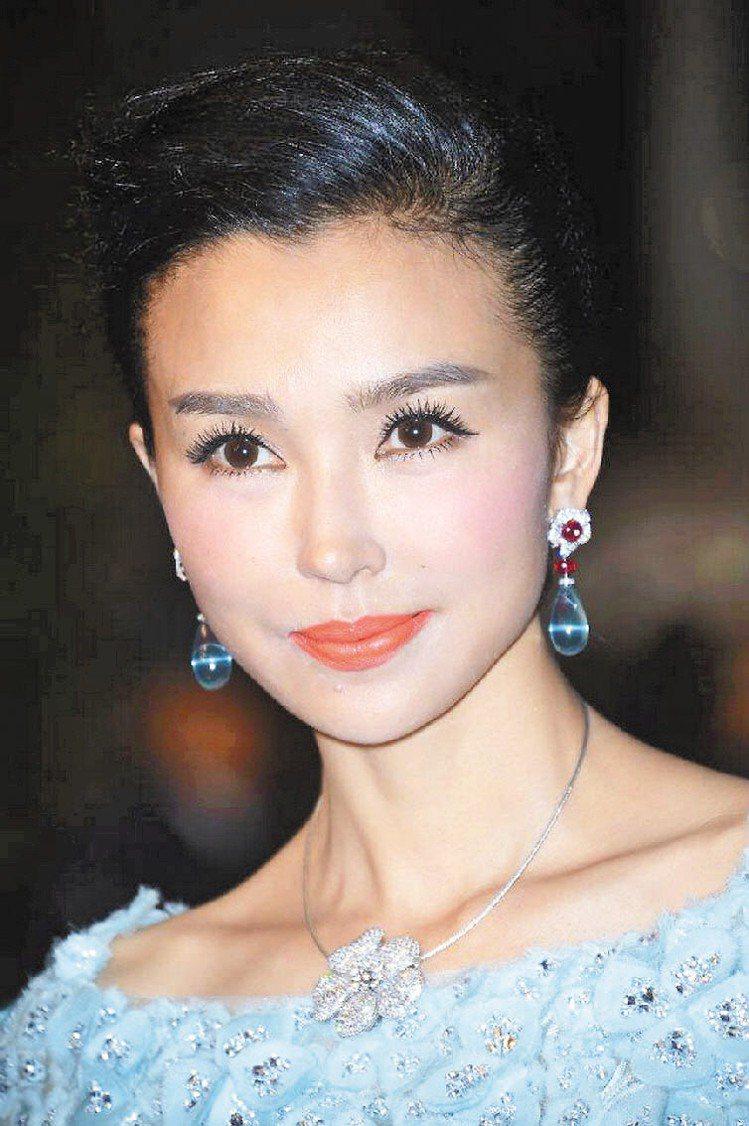 「龍女郎」姚星彤配戴寶格麗藍色剛玉耳環。圖/BVLGARI提供