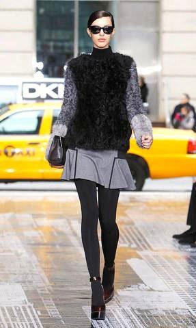 DKNY的秋冬秀以紅色瑪莉珍高跟鞋搭配厚重的黑皮草。圖/美聯社