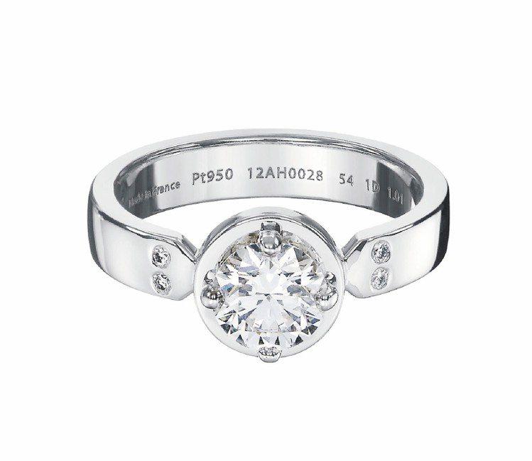 Ever Kelly系列鉑金鑽戒,鑲嵌約0.35克拉鑽石,約25萬700元。圖/...