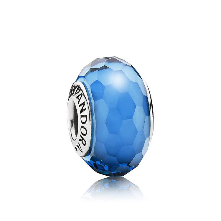 藍色切面琉璃串飾,1,690元。圖/PANDORA提供