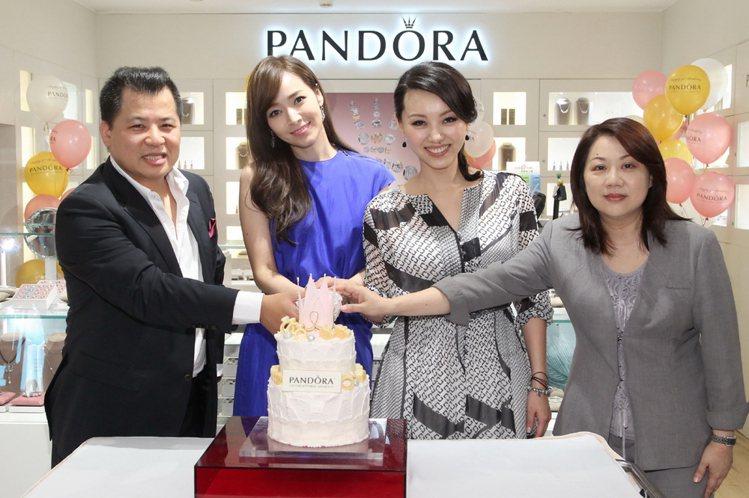 PANDORA歡慶品牌三歲生日,侯佩岑為PANDORA切生日蛋糕,讓現場氣氛掀起...