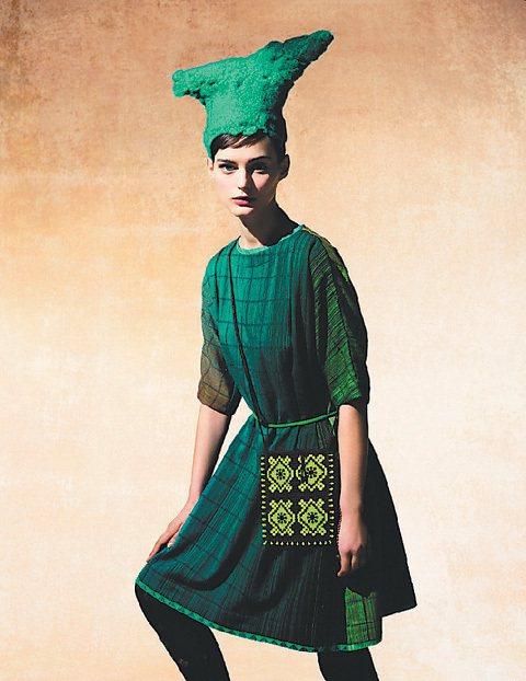 日本手工刺繡品牌HaaT今秋游牧民族造型,怎少得了一頂讓人看直眼的帽子呢?圖/君...