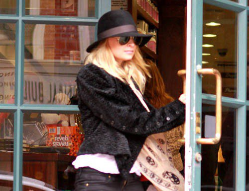 軟呢帽是展現率性的最佳配件,不論趨勢如何,都不退流行,經典中性色調加上彩色緞帶的...