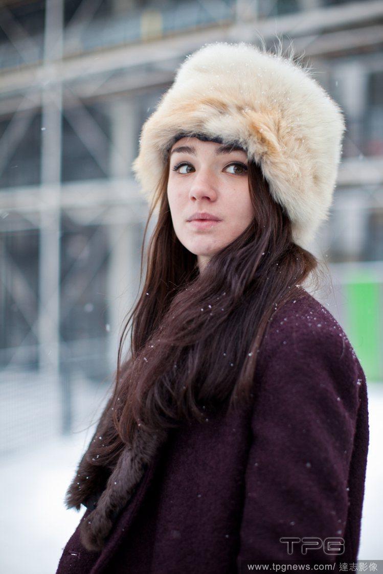 以皮草帽搭配深色絨布大衣,既不會過於奢華也可以保持類似的服裝風格。圖/達志影像