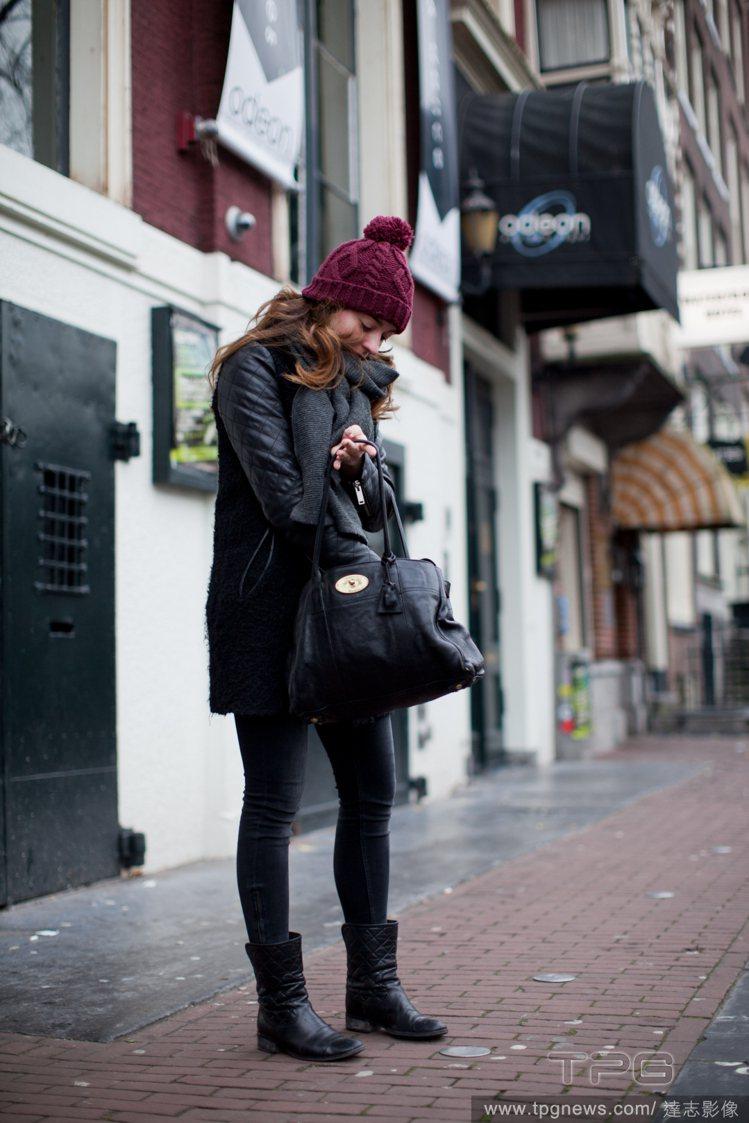 毛線帽不一定要搭配活潑休閒的造型,你可選擇個性化的皮革外套,用紫紅色帽子搭出整體...