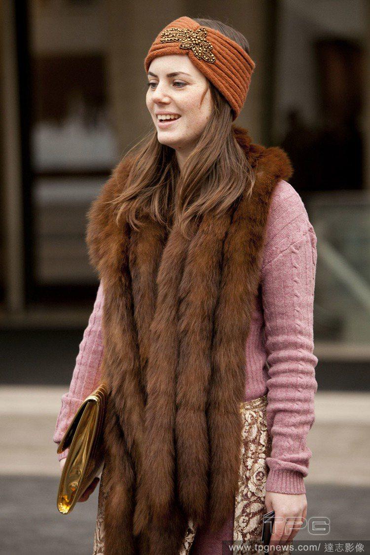受到復古風潮影響,寬髮帶也是不錯的保暖選擇。圖/達志影像