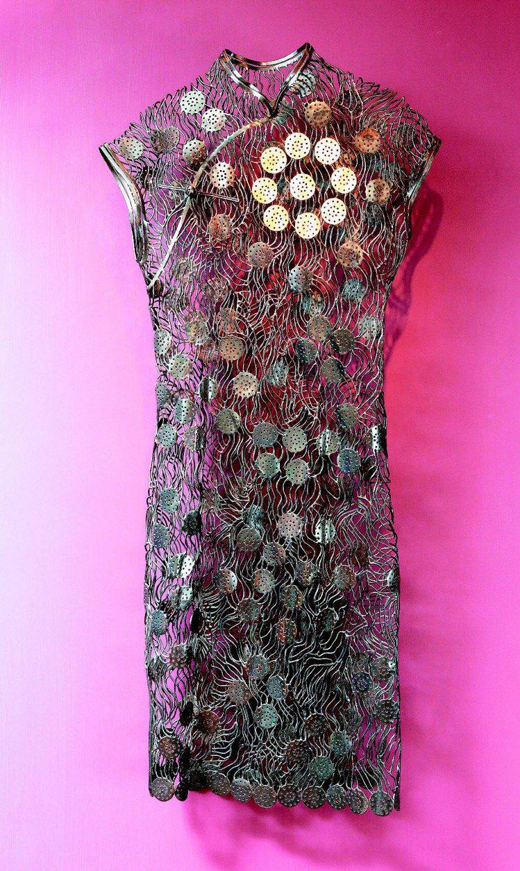 編織往昔系列,文鳳儀14歲時穿的長衫,以黑色銅線編織般呈現,圓形紋和花朵代表著現...