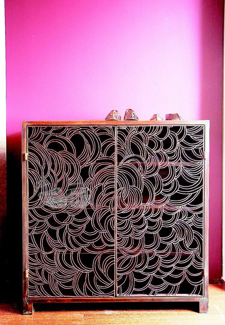 黃銅製的櫃子藏有文鳳儀身為女人喜愛收藏,以及兒時姊妹受罰躲在櫃邊的記憶。記者陳立...