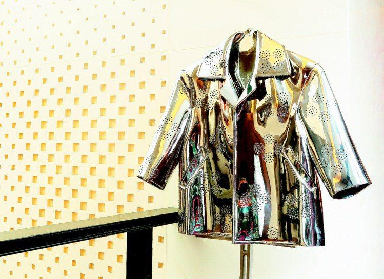 編織親密系列,兒子幼稚園校服,不鏽鋼敲打鑿出懷孕時創作的圖案,有別其他編織鏤空效...