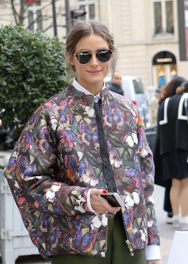 紐約上城名媛奧莉薇亞巴勒莫在年初時裝周就搶先戴上Dior So Real 太陽眼...