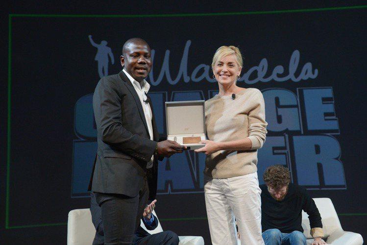 好萊塢女星莎朗史東(右)獲贈萬寶龍名人系列李奧納多限量書寫工具。圖/萬寶龍提供