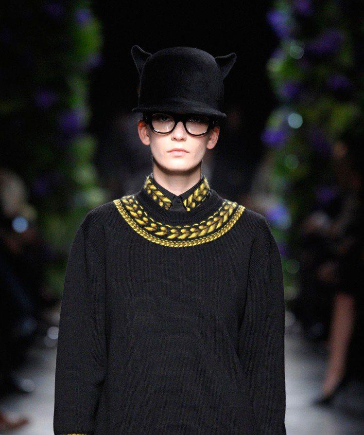 GIVENCHY 2011 秋冬女裝將黑豹融合其黑暗浪漫風格,頭上長角的帽子透著...