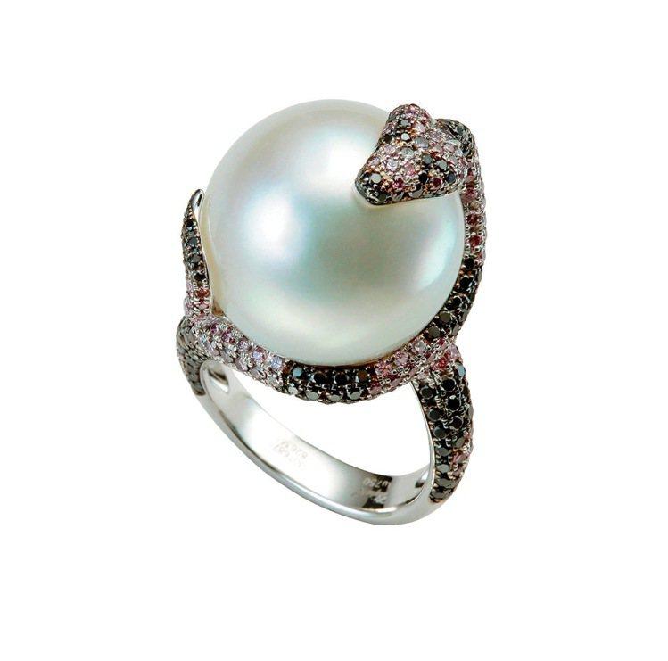 蛇形戒指,18K白金鑲嵌155顆粉紅鑽石,160顆黑鑽,以及1顆18.73mm的...