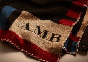 Burberry在耶誕節推出毛呢大圍巾織繡姓名的個人化訂製服務 。圖/Burbe...