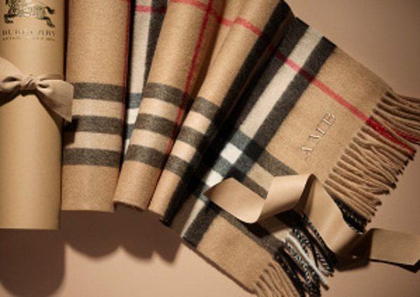 溫暖的Burberry啥什米爾圍巾,是最時尚又實用的賀禮。圖/Burberry提...