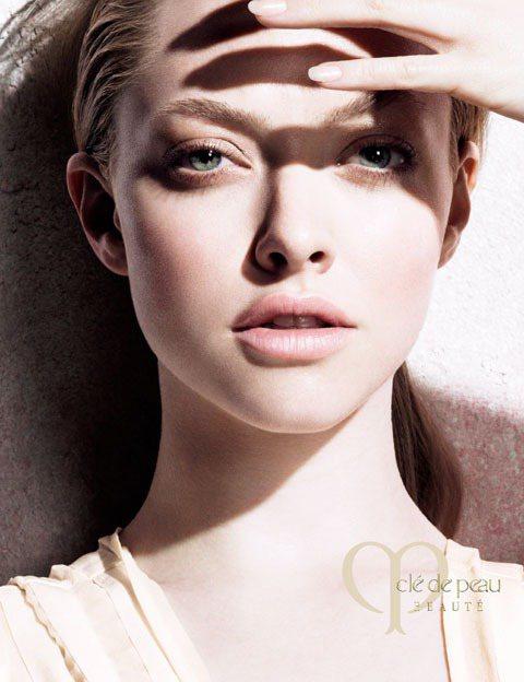 肌膚之鑰將上市在日本熱賣的無齡透白防曬乳與嫩白無瑕精華露。圖/肌膚之鑰提供