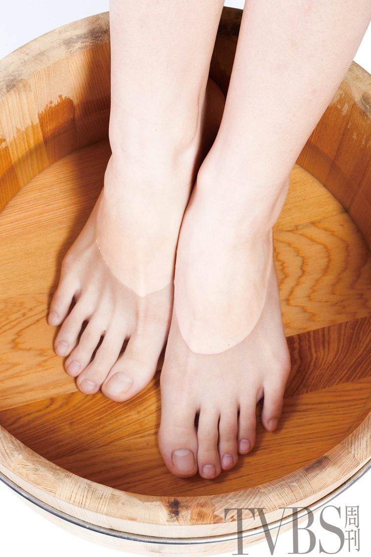 STEP2 將雙腳浸泡在溫水中,等待腳底厚皮軟化。圖/TVBS周刊提供
