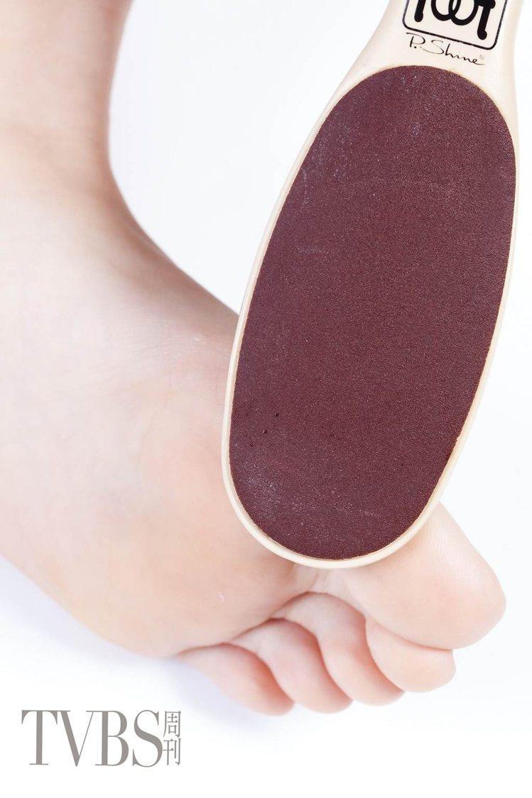 STEP3 拿著足磨棒,先將大拇趾下緣較粗硬部位的老廢角質和硬皮磨除。圖/TVB...