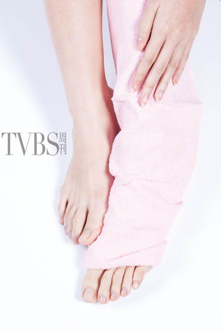STEP7 利用溫熱毛巾包覆雙腳,停留約5至10分鐘後,以清水沖淨。圖/TVBS...