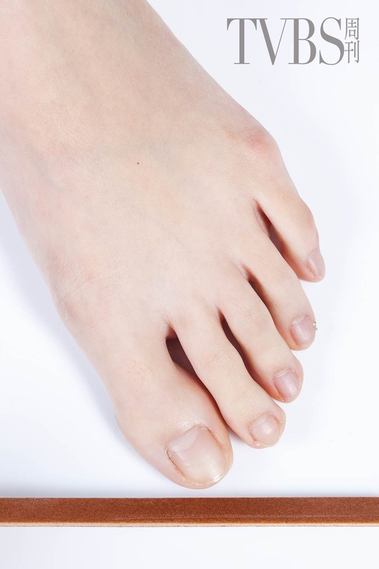 STEP2 利用磨棒修磨趾甲形狀,可以避免指甲剪施力不當讓甲面斷裂。圖/TVBS...