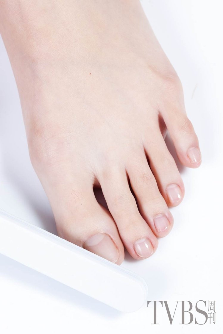 STEP6 利用磨甲棒,磨除甲面泛黃、不平整的多餘角質。圖/TVBS周刊提供拋光...