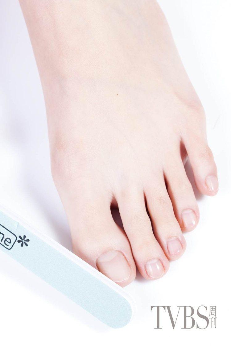 STEP7 利用磨甲棒的拋光面將甲面拋光。圖/TVBS周刊提供拋光。