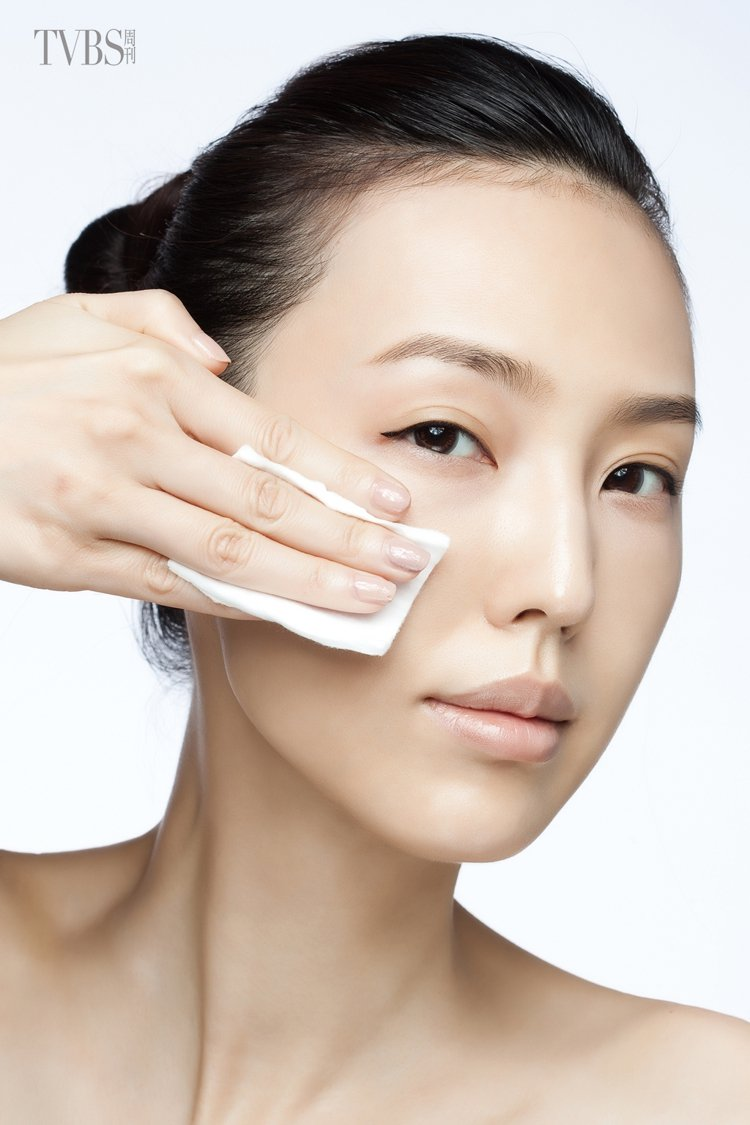 1.以化妝棉沾取大量的化妝水,輕拍全臉肌膚。圖/TVBS周刊