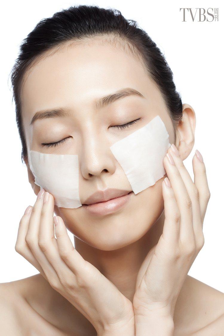 2.將化妝棉沾滿高機能化妝水,濕敷在兩頰顴骨容易生長斑點的部位,停留約五分鐘即可...
