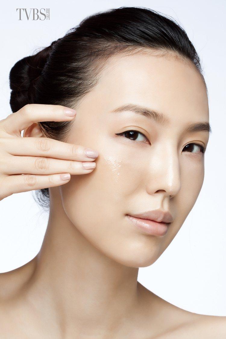 4.以指腹將精華液在臉部肌膚塗抹均勻。圖/TVBS周刊