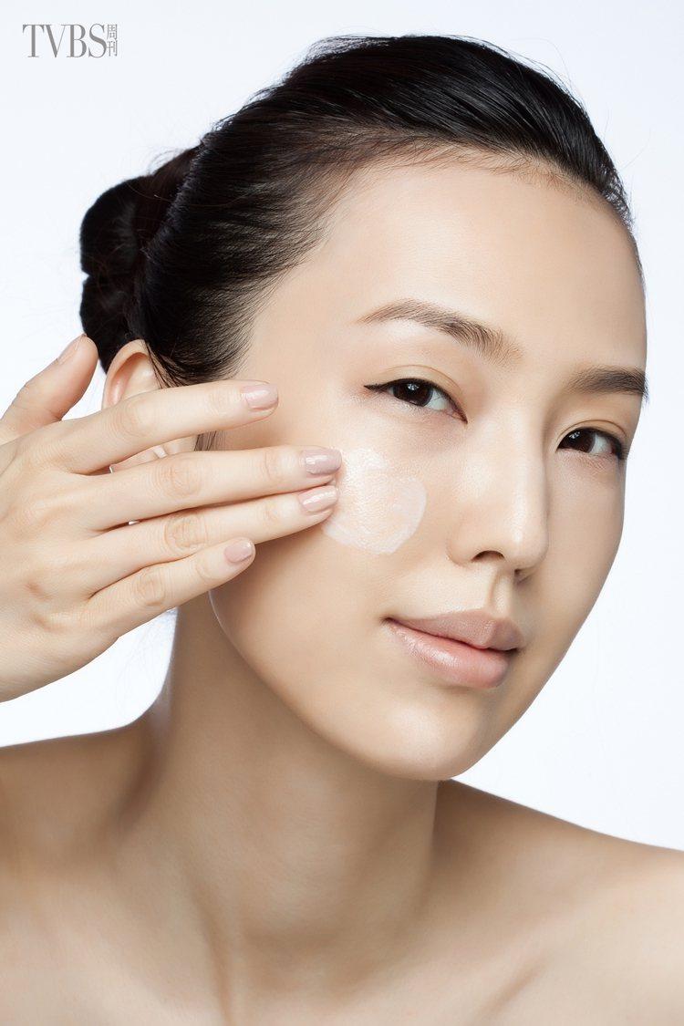 7.取適量乳霜在全臉塗抹均勻,並輕輕畫圓按摩加強吸收。圖/TVBS周刊