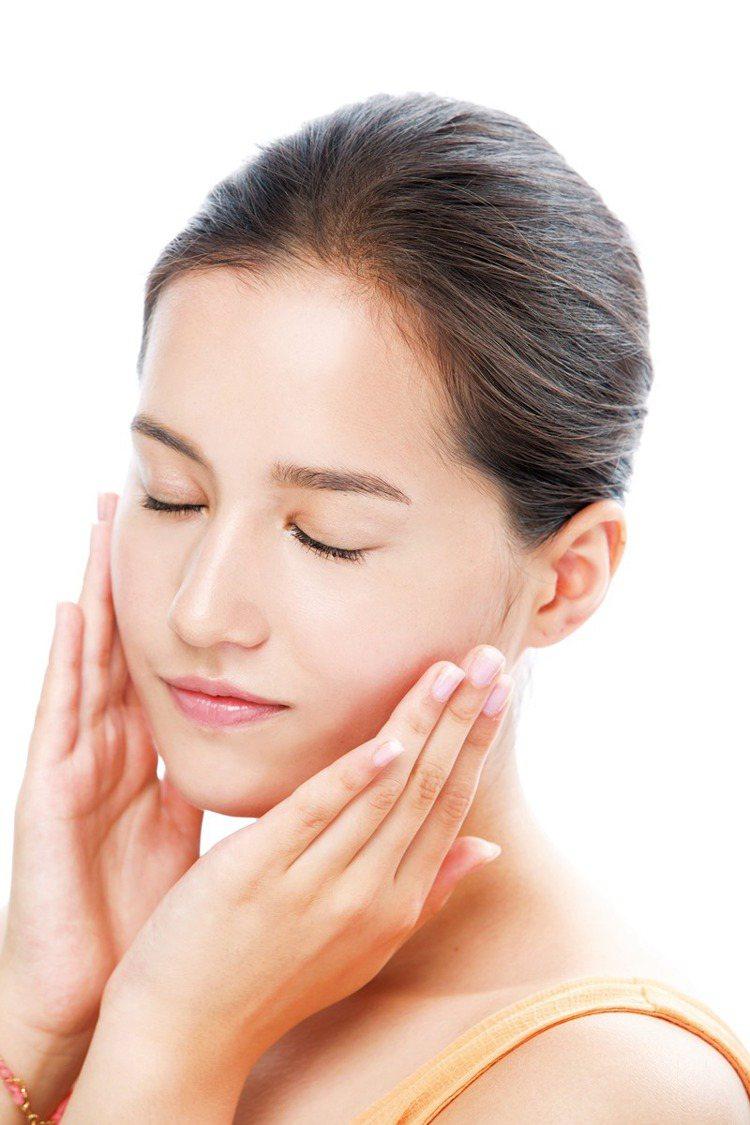 STEP3 雙手搓熱後,將臉埋入手掌中10秒,促進剩餘保養完全吸收。圖/美人誌