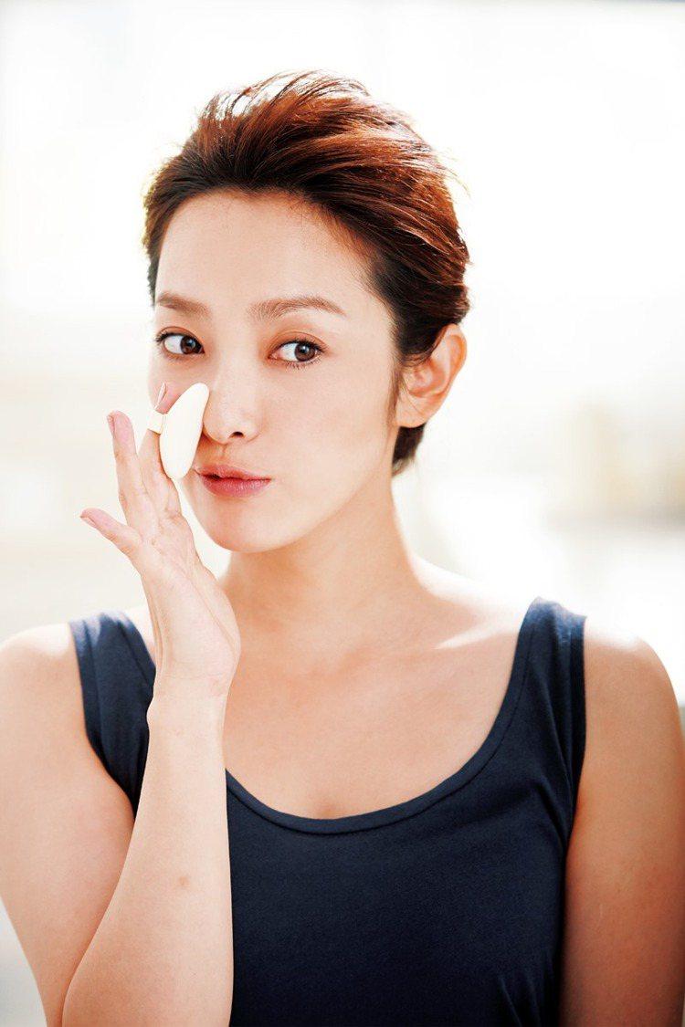 加上道具潤色好自然step2.眼周、鼻翼及嘴角容易出現粉溝,撲蜜粉定妝。圖/大美...