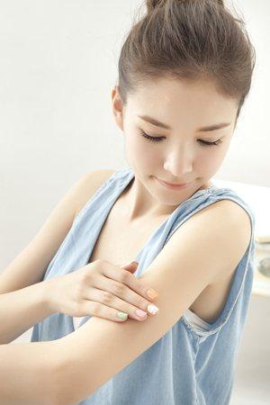 在洗澡後,身體仍濕潤、角質飽水時立即擦上果酸身體乳,效果更佳!圖/美人誌提供