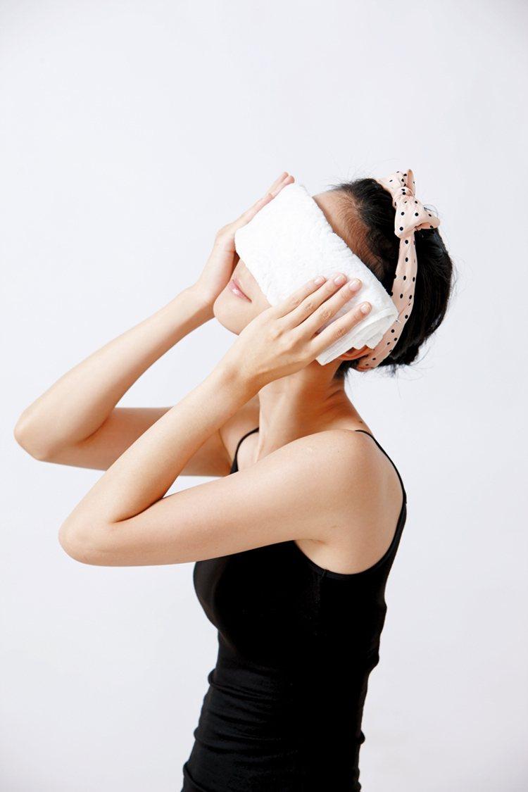 Step 1 熱敷放鬆:以40度的溫熱水沾濕毛巾,熱敷眼周3分鐘,高溫能放鬆深層...