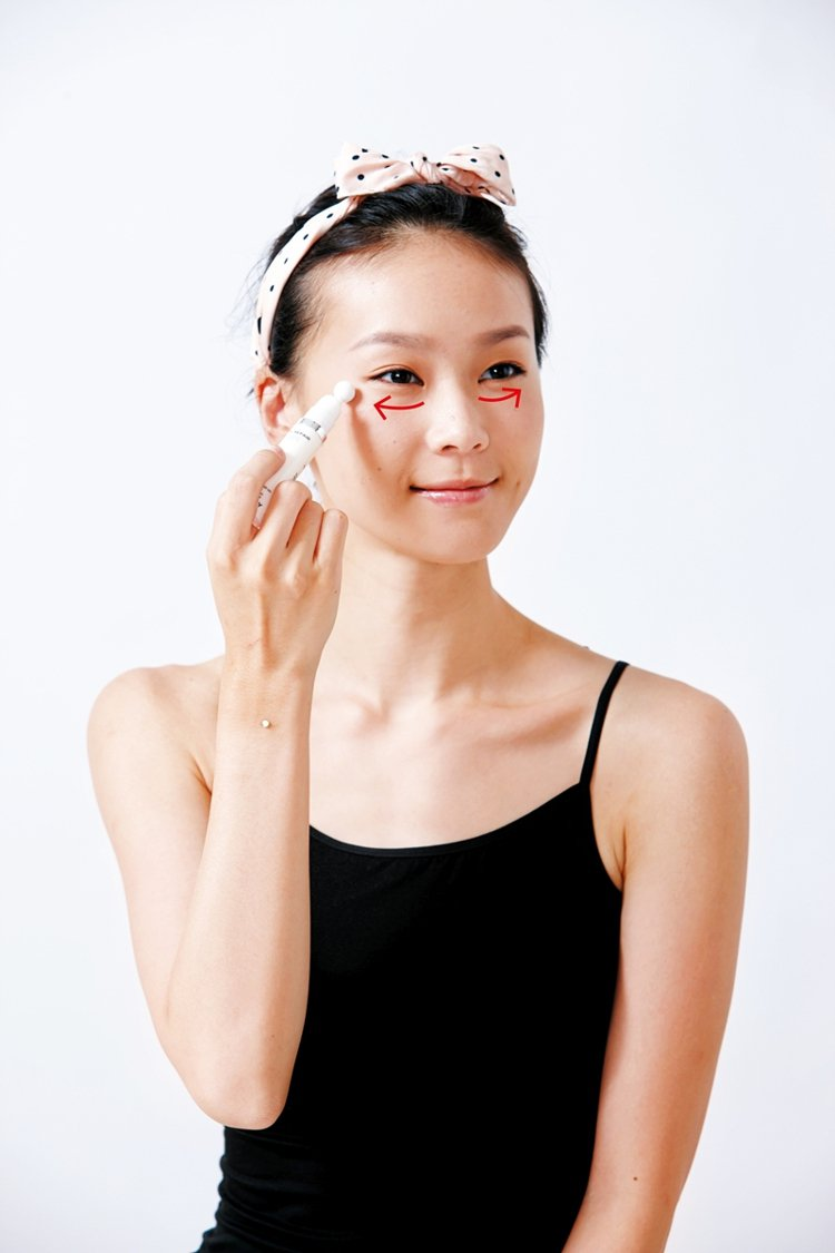 Step2 眼霜塗一途:選擇有按摩頭、或附贈按摩棒的抗老眼霜,比起手指、按摩效果...