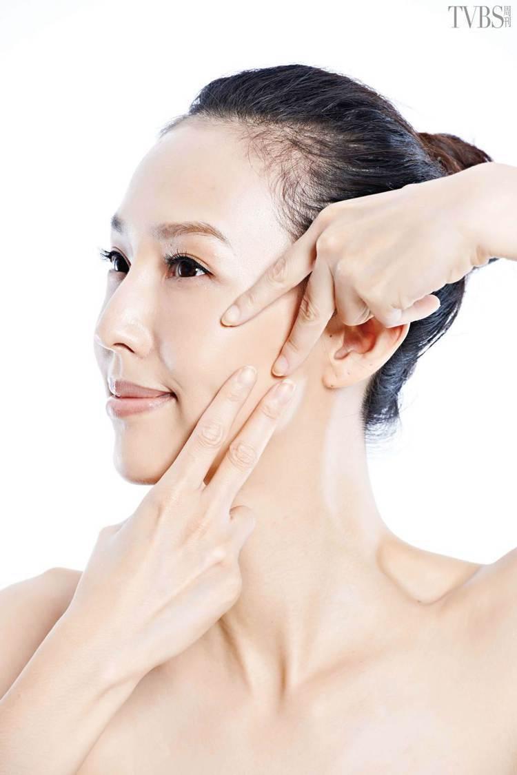 STEP3:鋸齒狀按摩毛孔。圖/TVBS周刊
