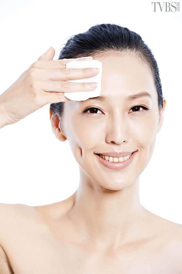 STEP5:化妝棉拍打額頭。圖/TVBS周刊